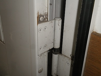 玄関ドアを持ち上げたところ