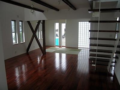 厨房、ダイニングは、テラスと一体にしたタイルばりをして広く見えるように工夫をしています。 また和室スペースでは、居間と一体の床材(カリン)の中に畳スペースを取り、 5連の引き戸をつけて時には空間を分けられるようにしていま […]