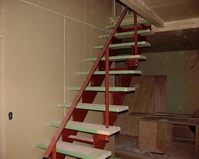 ローコストの中でもすっきり見えるように階段の鉄製ささら桁の厚みを通常より厚くしています。 現場手作業では組み立てがむずかしいのでクレーンを使って二階の梁に取り付けました。 ーーーーーーーーーーーーーーーーーーーーーーーー […]