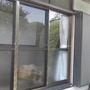 藤沢市「I」邸の木製サッシをアルミサッシに交換の工事をお受けしました。 敷居にかまぼこ式のレールを釘打で取り付けてあり、そのレールを使ってスライドさせる式の ものですので取外してからカバー工法でアルミサッシ枠敷居を取り付 […]
