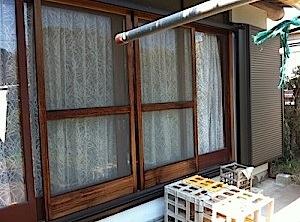 藤沢市「A」様より木製サッシの事で相談を頂きました。 木製サッシが締まりが悪く交換したいとの事でした。 木製サッシは趣が有りますが、長年風雨にさらされますと、 堅木であっても、反り、ねじれ、膨張などによってくるいが出てき […]