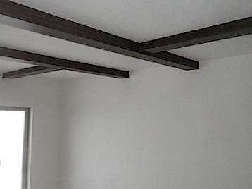 東京都町田市「O」様邸化粧の梁型を作りました。 天井をギリギリ上げたために梁が一部露出しました。通称「こぼれる」と言います。 その部分を生かしてボード張り+アクセントクロスにしました。 梁の部分がほどよく強調されてよいバ […]