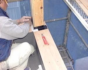 バルコニー防水工事が工事が粛々と進みます。 防水工事で気をつける点と言えば、一にも二にも防水のための下地作業です。 短い手摺壁の上は、FRPや笠木の納まりがありますが、その下地となる防水下地テープをはり、 雨水の浸入を防 […]