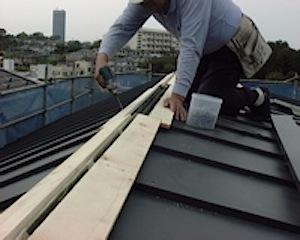 横浜市港北区のY邸の屋根を工事中です。 最近天候が不順で外部の工事がなかなか進みません。その合間を縫って板金屋さんが来ました。 こちらはケラバ軒先とも出がないので棟換気で、屋根小屋裏面の換気をします。 その後に棟包みを取 […]