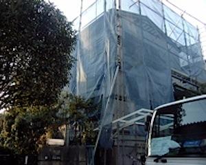 今日より鎌倉市の「Y」邸のリフォームが始まりました。 築20年超で外部がサイディングなのですが、額縁(窓回りの木材)やサイディングの コーキング目地からなどの雨水の浸入があって壁裏が腐食しているようなので 全面外壁を張り […]