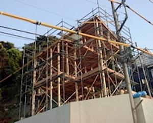 鎌倉の「F」邸、天気にも恵まれて建前をすることができました。 立地が高台のためリーチクレーンを使用します。 架空電線(上空に張り巡らせれている電線類)が大変多くクレーンオペレーターも苦労です。 鎌倉市「F」邸建前の様子  […]