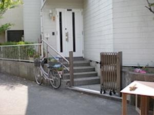 茅ヶ崎市の「S」邸の玄関部分です。 防犯のため玄関部分に門扉をと相談されましたが、ドア式だと逆に狭くなるので困りました。 外構屋さんと相談してアコーディオン式の伸縮門扉にすることにして解決しました。 全開にしてさらに60 […]