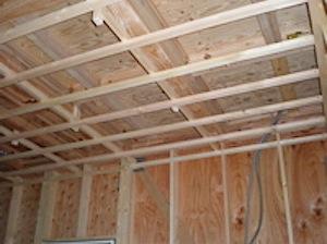 一階天井下地の写真です。一見しただけでは意味がわからないかもしれません。 シニアS大工が一階の天井下地を二段階にわけて組んであったのには感心しました。 なぜかというと、天井の高さには指定の寸法がありますが、 「出来るだけ […]
