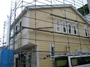 鎌倉市「A」様邸外装サイディングが完成しました。 足場の防護ネットを外して外観が見えるようになった風景です。 いままで思い描いていたイメージが具体化したものを見ることが出来ました。 鎌倉市「A」邸外装完成の様子 ページ […]