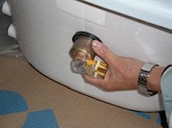 浴室のリフォームで浴槽を入れ替えるときに注意しなければいけないことがあります。 それは給湯器から浴槽に給湯する時に取り付ける、循環金具の寸法です。 ぎりぎりの寸法の既存のサイズになるべく大きいサイズの浴槽を入れたいもので […]