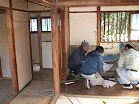 藤沢市「A」邸リフォーム工事では職方さんが集中しているなかでの打合せで、大忙しです。 大工をはじめ、電気屋さん、水道やさん、ガスやさん、それと材料搬入、残材出しと大人数。 その間に設備一式の打ち合わせをしています。 職方 […]