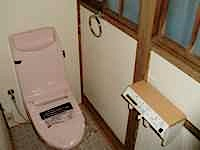 トイレを兼用便器からシャワートイレ(ウォシュレット)に交換変更しました。 トイレは、狭い場所で作業をするので、私どもは職人さんが連続作業をする手配が大変です。 段差を直すのでは大工職、壁紙をはったりCFを張るのでクロス屋 […]