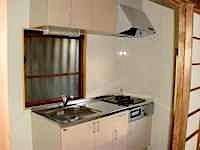 築40年になりましたので厨房の使い勝手が現在と比べ悪く、不具合があります。 同じサイズ、幅に合わせてシステムキッチンにして天板(ワークトップ)を平らにして お客様が使いやすくしました。天板に段差がありますと、用具の置き勝 […]