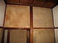 築四十年の和室の壁は繊維壁(泥壁のうえに)でできています。 長らくすると壁の繊維がはがれ落ちてきたり、ホコリで汚れたりします。 はがれ落ちが激しいのはパテ埋めしてから接着剤入り塗料で固定して色付けをしています。 施行前と […]