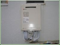 横浜市の「N」様邸の給湯器交換の様子です。既存の16号の給湯器から24号の給湯器に。 浴槽を一旦外し、ガス・排水等の新たに結び、既存の場所に新しい給湯器の設置を致しました。 生活の向上でお湯を使う量が増えてきますのでリフ […]