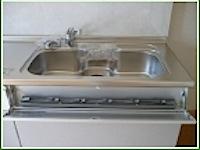 今回はキッチン部分の交換をします。それに伴って床下での配管を調整しなければなりません。 基本的にはシンクの位置が同じような製品を選択しますが、排水、給水の位置が微妙に違います。 そのため排水管と給水管の位置を直す必要があ […]