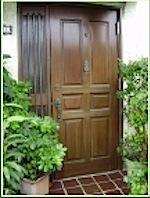 築年数が過ぎると玄関ドアが色あせてきます。特に木製の玄関ドアの色あせが激しいですね。 玄関ドアを取り替える場合は、枠が外壁に埋め込まれていますので 外壁をはがさないとドア枠ともに交換することはできません。 玄関ドアの扉の […]