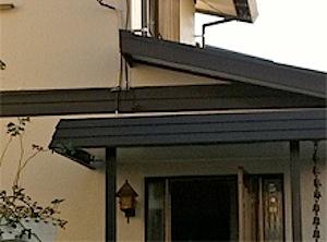 茅ヶ崎市の「K6」様邸に伺いました。玄関庇に水たまりが出来てしまうという事でした。 現地に伺ってみると、排水が出来なくて、水がたまっています。だんだんひどくなったそうです。 玄関の外から眺めてみますと、若干左がわに傾いて […]