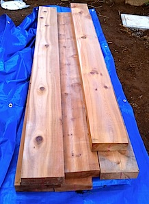 「S」様が玄関前に立てられる枕木を持参されました。 自分は枕木と言えば、使用済の栗の木で、油がたっぷりしみ込んだものと思い込んでいましたが 新品のものを見て、ちょっと想像と違いました。「枕木」のサイズに合わせた新品の木材 […]