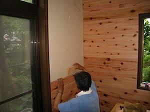 横浜市栄区の「H」様邸で押入内の湿気で困ると、リフォームのご依頼をいただきました。 床下を見ると建築した当時に、床下の搬出土を敷地内に撒いて処分したらしく、 基礎の外側より、基礎内が低くなっています。 そのため雨水がたく […]