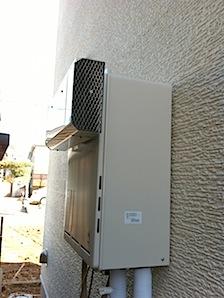 ガス屋さんからのアドバイスで、給湯器に導風板をとりつけました。(側方排気アダプター) 給湯器から隣地までの距離が無い場合には導風板を取り付ける必要があります。 そうでないと給湯器の熱い排気が直接隣地の外壁、塀などにかかっ […]