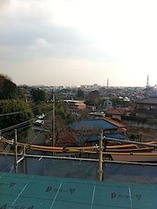 「O」様邸の屋根から見える光景です。 ちょっと薄曇りでしたので、遠くのほうははっきりとは見えないのが残念ですが。 ーーーーーーーーーーーーーーーーーーーーーーーーーーーーーーーーーーーーーーーーーーーー 屋根から見える光 […]