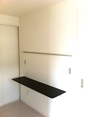東京都町田市の「O」様邸の寝室の書斎スペースにカウンターを取り付けました。 アイカのムク集成カウンター、イースタンオーク、GB色の逆テーパータイプです。 カウンター上部にはライティングレール、下部にはLAN配線があります […]