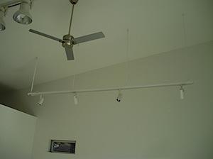 鎌倉市「O」様邸が完成間近になりましたので各種設備が取り付きます。 ライティングレールとシーリングファンが店舗併用住宅の住宅の部分取り付きました。 勾配天井(屋根勾配と同じ)天井ですのでライティングレールが必要になります […]