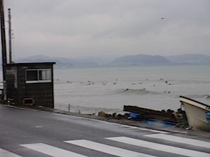 所用があり、朝8:30ころ134号線の小動の信号あたりにきたところで見た光景です。 たしか、昨日チリの大地震で大津波警報があってその到着時間の前に帰ってこようとしていた時 サーフィンをしている人が多数いて驚きました。 そ […]