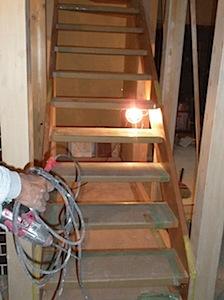 化粧階段をとりつけました。蹴込みの無いシースルーの階段です。 通常の階段より勾配を緩くして高齢の方にも上りやすくしてあります。 「M」様は、高齢ではありませんが将来の事を考えてこのような緩傾斜に設計しました。 化粧階段 […]
