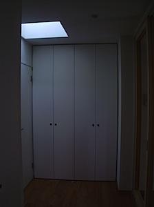 クロゼットが二連で天井までの高さがあり、たっぷりと収納できます。 北側に面する部分ですので、トップライトを取りましたので 廊下の奥まった部分ですが明るさが充分あります。 トップライトと天井までの収納、クロゼット ページト […]