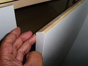 キッチンの背面カウンターの引手にちょっとした工夫があります。 ほんのちょっと引手の上を削ってあり、手が掛けやすいようにしています。 わかりやすいようにペンキを塗る前に撮っています。 削ってある手掛け1 削ってある手掛け2 […]