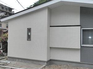 横須賀市の「M」様邸のサイディング張りが完了しました。 周囲も片付き、感じが一新しました。 サイディング張り外壁完成の様子 ページトップに戻る↑                           ページ一番下へ↓