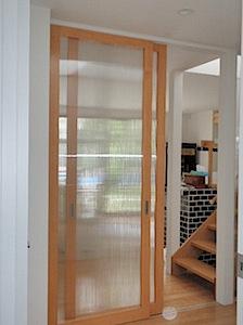 スプルス練り付け框戸(かまちど)です。 面材はAGC(旭硝子)ツインカーボクリア6.0ミリを使っています。 Vレール + ポリカーボネートの面材でで重くなりがちな框戸を軽くし、 割れても安全でかつ、廊下を明るくなるように […]