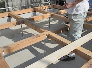 土台、大引を入れたところです。 1──────────2 3──────────4 土台、大引敷き状況 ネダレス工法を使用しています。 ネダレス工法ですので一階の床なりの確率が低いと思います。 さらに鋼製束を使っています […]