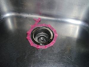 鎌倉市「S」様、材料を用意して水漏れの修理に伺いました。 下記のようにして水漏れは一時的には止まりましたが、水を止めているのはわんトラップと シンクの間にあるゴムパッキンです。ゴムパッキンが劣化しての水漏れと考えられます […]