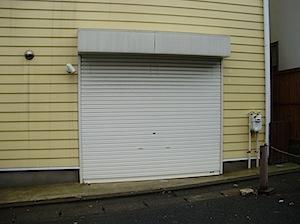 鎌倉市の「A」様邸、以前店舗の工事させていただきました。 家具の搬入口としてシャッターを一階に取り付けさせていただきましたが 搬入口としてのみ使うので、シャッター内部のサッシは必要ないとの事でした。 しかし、シャッター下 […]
