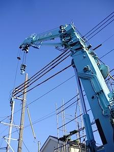 工事中のときに電線に黄色いチューブがはまっているのをごらんになったことが有ると思います。 これは防護管と言って建築工事するものが感電を防ぐ為のものです。 地上高8-10メーター程度に電線が張り巡らせているのでずいぶん高い […]