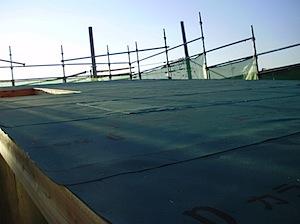 上棟後すぐに防水用に野地へ屋根アスファルトルーフィングを張ります。 上棟してすぐには雨仕舞(防水対策)が完全では有りません。そこで大雨等が降りますと 室内にある木材等も濡れてしまいます。濡れても、木材がすぐに悪くなるわけ […]