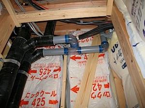 上棟後にはこのような工事をします。 1──────────2 3──────────4 5──────────6 7──────────8 玄関ドア入れ。 赤い部分が防蟻の部分です。 排水配管 つまりが後で分かりやすいよ […]