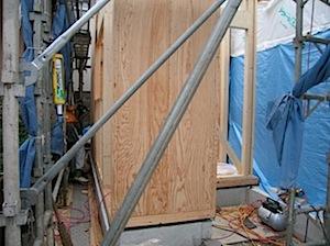 工事の様子を再掲します。 1──────────2 3──────────4 5──────────6 7──────────8 9 10──────────11 一階構造用合板 二階床梁下地取り付け金物 既存建物の桁と […]