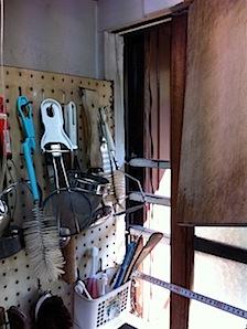 皆さん厨房回りの調理器具の収納にはご苦労されると思います。まして、狭い部分では。 茅ヶ崎市の「W」様邸の現況を引用させていただきました。現況ではこのようになっています。 有孔板をビス止めされてそれにフックを通し調理器具を […]
