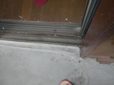 茅ヶ崎市の「N」様邸ではバルコニーからの雨水の侵入で困っておられます。 伺ってみると、防水の立ち上がりがほとんどありません。 それで、大雨のときにほとんどない立ち上がりを乗り越えて室内に雨が侵入すると思います。 さらに見 […]