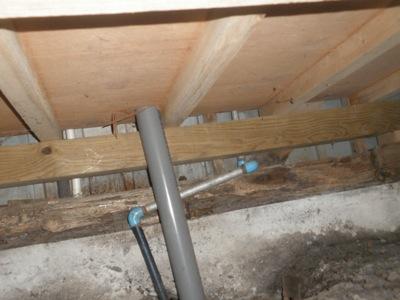 綾瀬市の「K」様邸ではシロアリの被害があるらしいので見てきました。 台所の下を覗いてみるとシロアリの被害というより、湿気で土台が腐っているのではと思います。 以前の土台は基礎に直接乗っていますので、湿気の被害を受けやすく […]