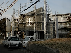 藤沢市の「T」様邸のお引渡が間近ですので工程を進めています。 今日の作業は左官の下地塗りです。湿式(左官下地)では、乾燥期間が必要で 工期が厳しいときにはつらいところがありますが、 左官屋さんにはちょっとがんばって仕上げ […]