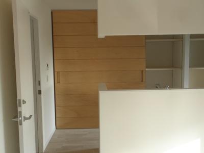 厨房背面の大型建具の実際の取り付け後の写真です。重量が40キロ程度あるとことでしたので、 初動(建具が重いので動かしづらい)を心配しましたがそれほどでもありませんでした。 多分レールの形状と戸車の形によるものでしょう。  […]