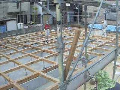 茅ヶ崎市「I3」様邸の一階ネダレス施工の様子です。 ネットワークカメラの保存画像から取り出しましたので少し画像が粗いですがご容赦ください。 このように、土台大引を格子状に組んで、厚さ24ミリの構造用合板を敷き詰めます。  […]