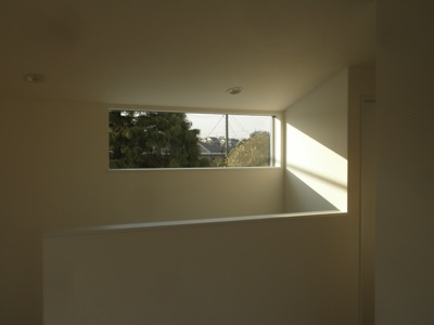 藤沢市「T」様邸の窓から見える様子です。 こちらは建築家の方が設計した住宅ですので価格を抑えたものの各所に工夫がこらしてあります。 そのうちのひとつがピクチャーウインドウです。 窓から見える景色が、絵のように見えることか […]