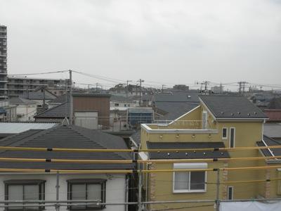 茅ヶ崎市「I3」様邸の屋根から見える光景です。 お客様が屋根の上に登ることができるのは足場がある時だけですから、 このタイミングでお客様がいらした時は、なるべくお誘いしています。 もちろん、ヘルメット必須で紙帽子をご用意 […]