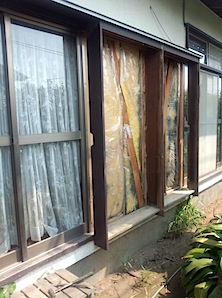 東京都町田市「K」様邸の木製雨戸レールの修理をしました。 木製の雨戸レールですと、溝の減りかたが一様でなく船底のUの字のようになってしまいます。 そのすり減った溝を調整し、アルミ製の金属板をはめ込む訳です。 あわせて、雨 […]